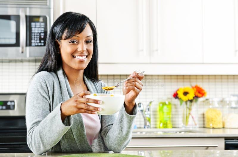 Femme prenant le petit déjeuner photos stock
