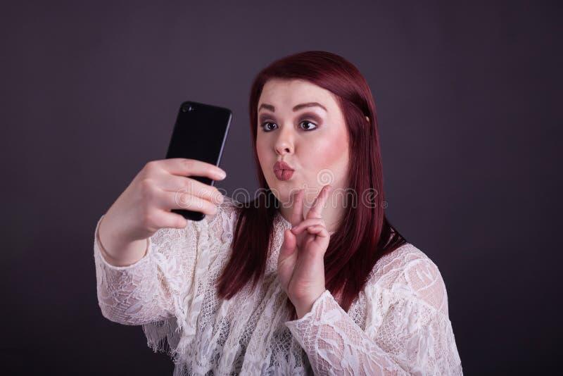 Femme prenant le selfie gestureing un signe de paix images libres de droits