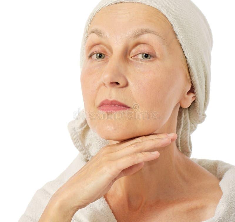 Femme prenant le soin au sujet de sa peau photos libres de droits
