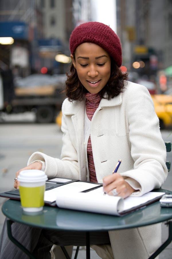 Femme prenant notes des notes images stock