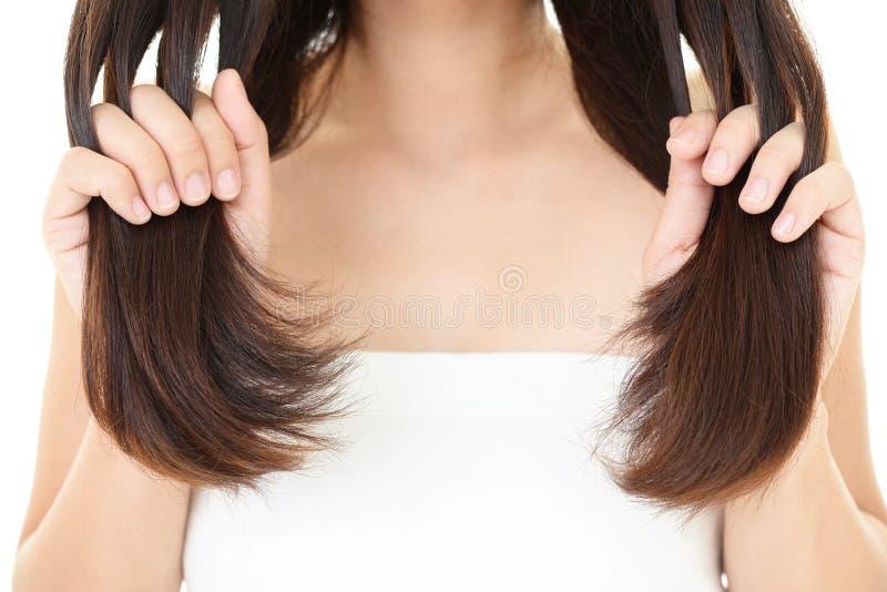 Femme prenant soin de son cheveu images stock