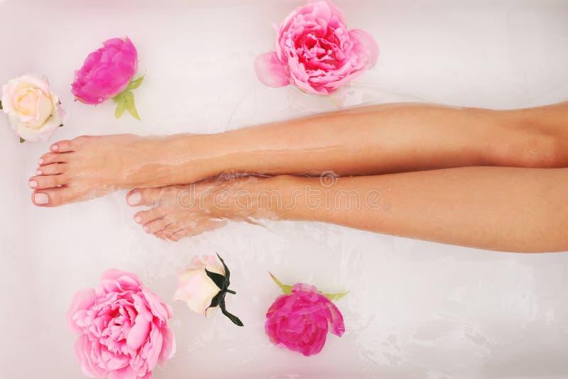 Femme prenant un bain images stock