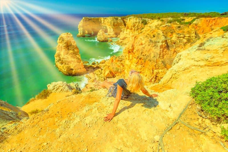 Femme prenant un bain de soleil dans Algarve photo libre de droits