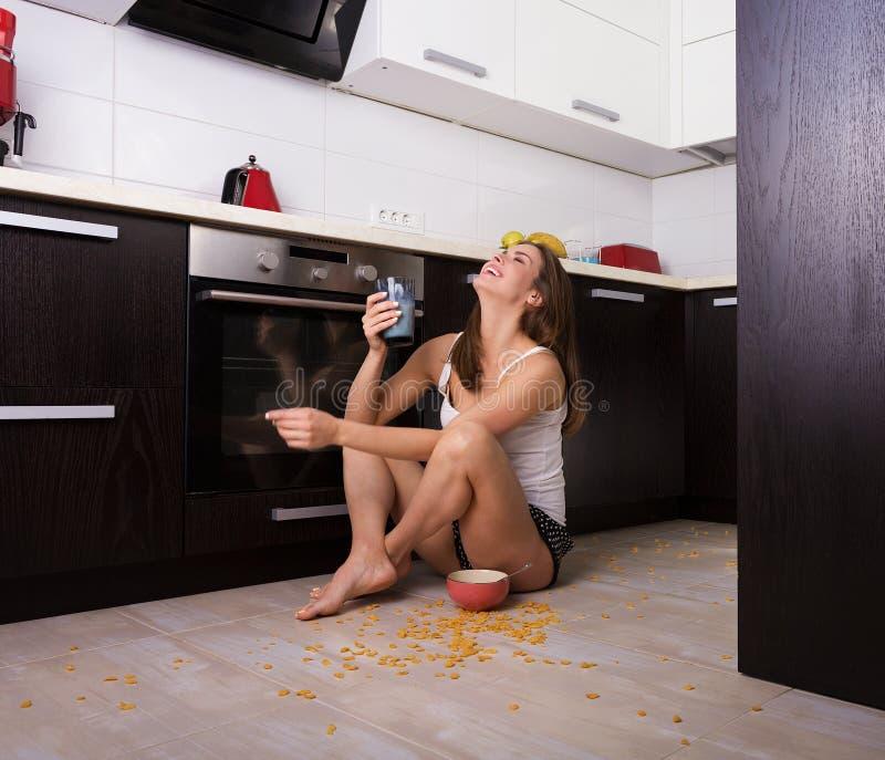 Femme prenant un petit déjeuner à sa cuisine images libres de droits