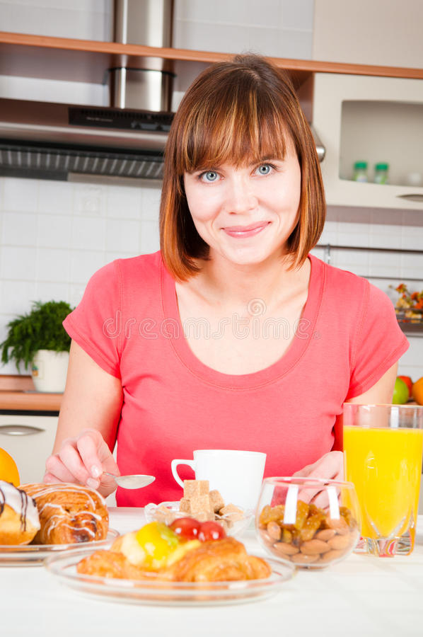 Femme prenant un petit déjeuner sain photo libre de droits
