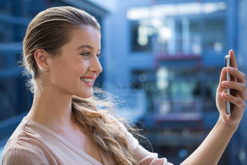 Femme prenant un selfie au téléphone portable photo libre de droits