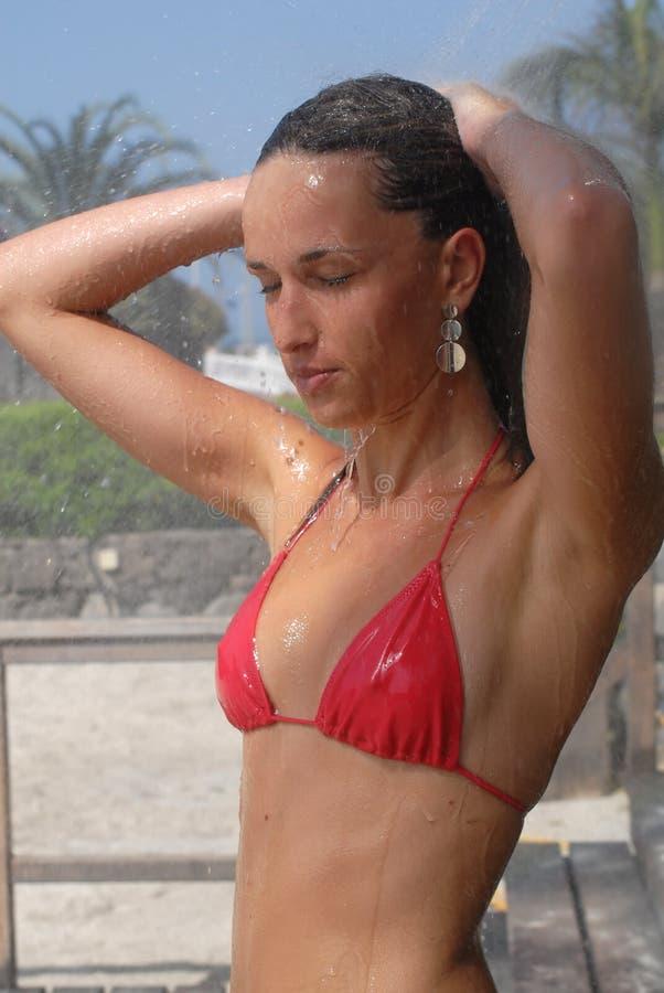 Femme prenant une douche photographie stock libre de droits