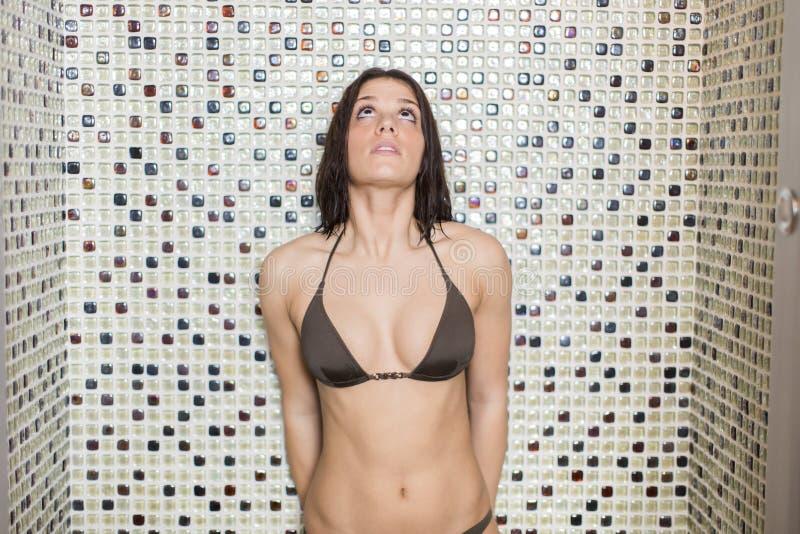 Femme prenant une douche images stock