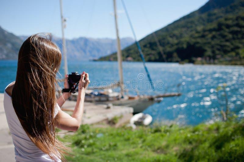 Femme prenant une photo images libres de droits