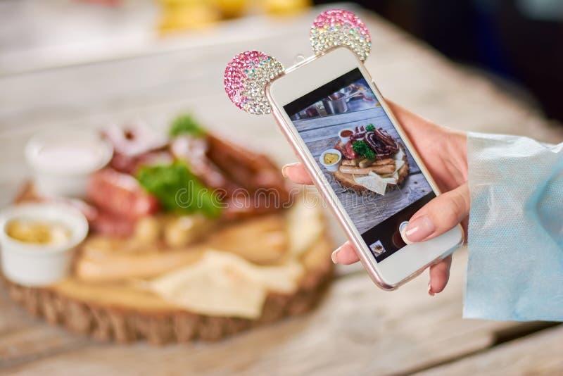 Femme prenant une photo des saucisses grillées photos libres de droits