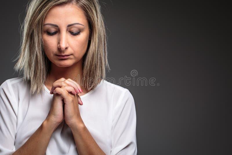 Femme priant à son Dieu photo stock