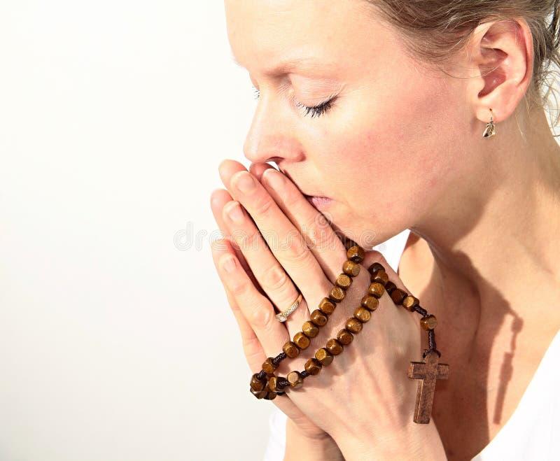 Femme priant avec la croix dans des ses mains photo libre de droits
