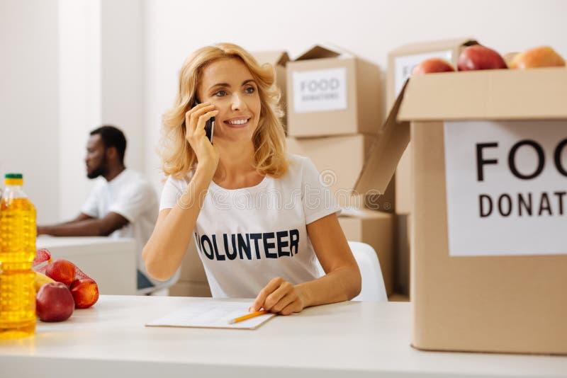 Femme productive active appelant du bureau charitable d'organisation images stock