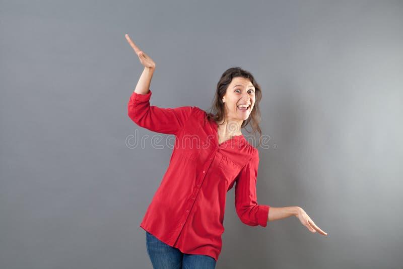 Femme puérile à l'aide des bras et des mains comme l'oiseau pour voler comme l'avion photo libre de droits