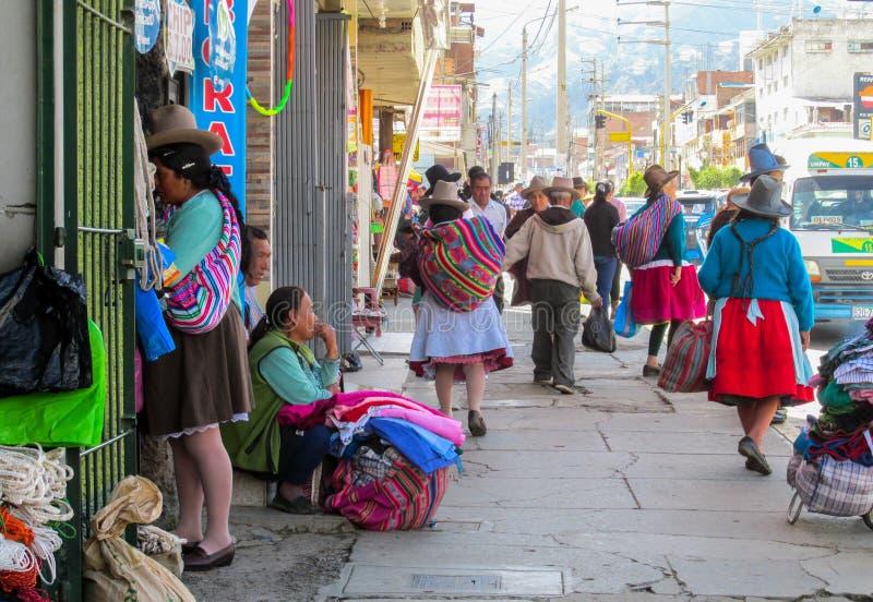 Femme Quechua en tissu traditionnel sur la rue de la ville de Huaraz images stock
