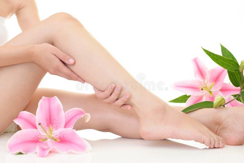 Femme qui prend soin de ses jambes photos libres de droits