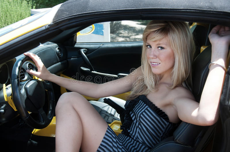 Femme quittant la voiture de sport de luxe photo stock