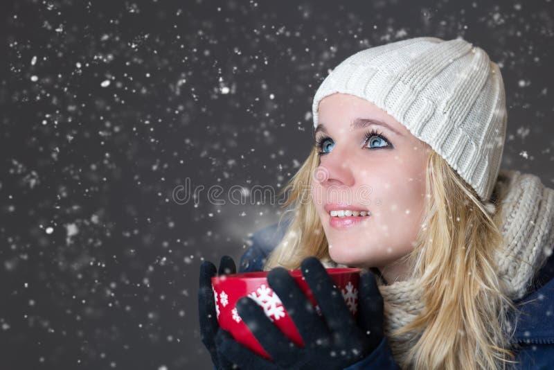 Femme réchauffant avec la boisson chaude photographie stock