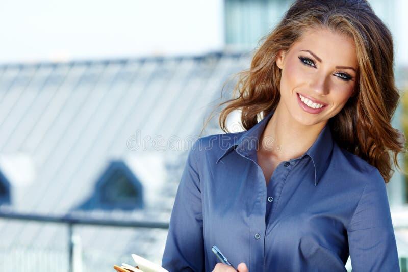 Femme réelle d'agent immobilier image stock