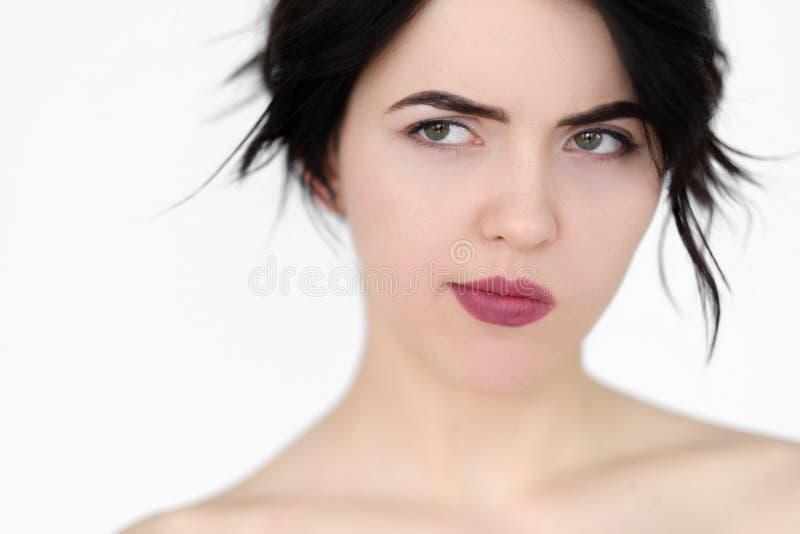 Femme réfléchie douteuse douteuse de visage d'émotion photographie stock libre de droits