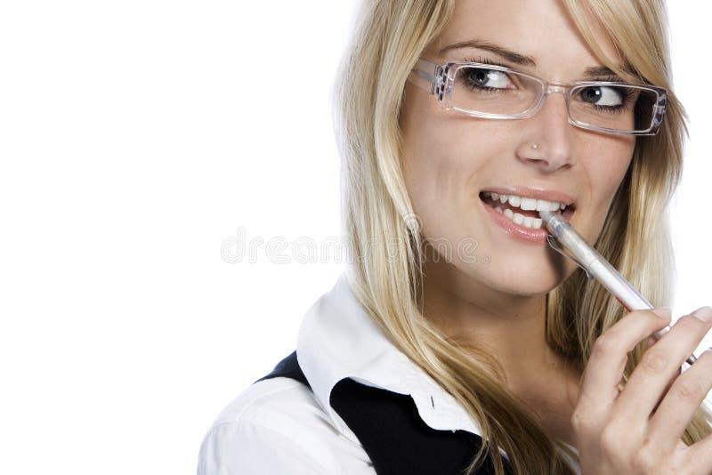 Femme réfléchie mordant son stylo photographie stock