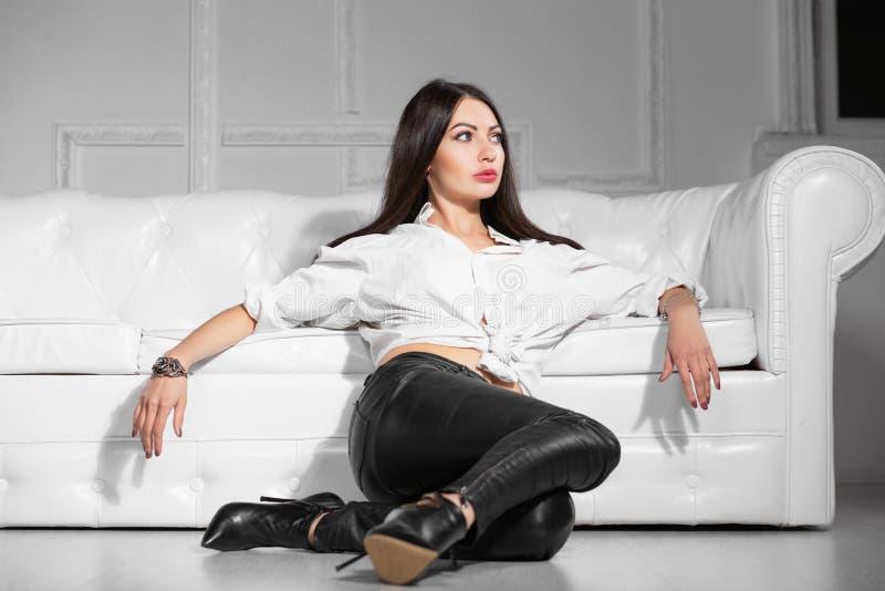 Femme réfléchie posant dans le studio photographie stock libre de droits