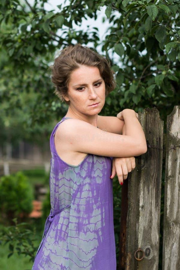 Femme réfléchie près d'une barrière en bois photos libres de droits