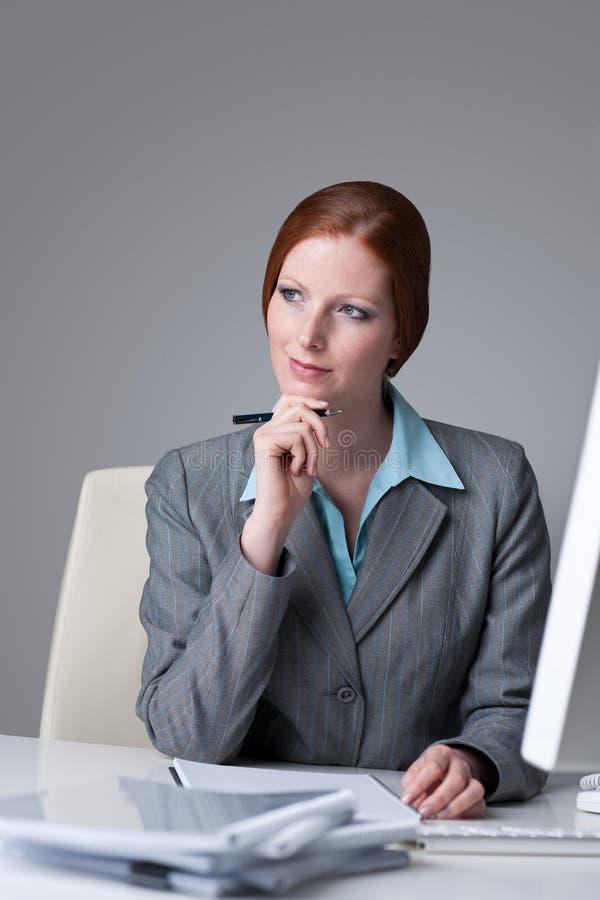 Femme réussi d'affaires à penser de bureau photographie stock