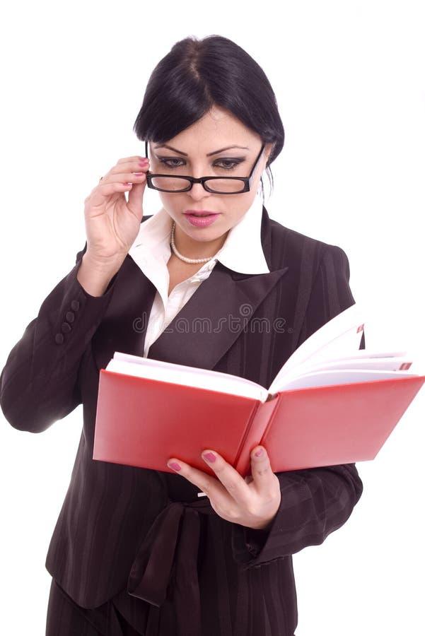 Femme réussi d'affaires contrôlant son ordre du jour photo libre de droits