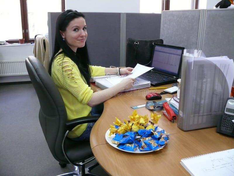 Femme réussie d'affaires travaillant au bureau images libres de droits
