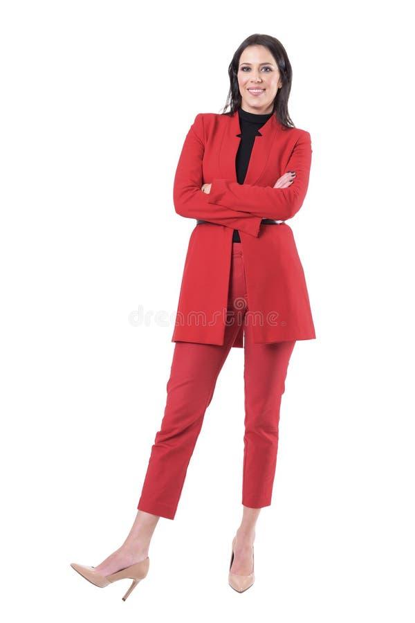 Femme réussie heureuse sûre d'affaires avec la position croisée de bras photographie stock