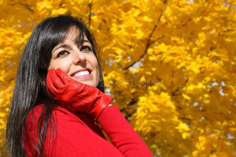 Femme rêveuse l'automne en parc photo stock