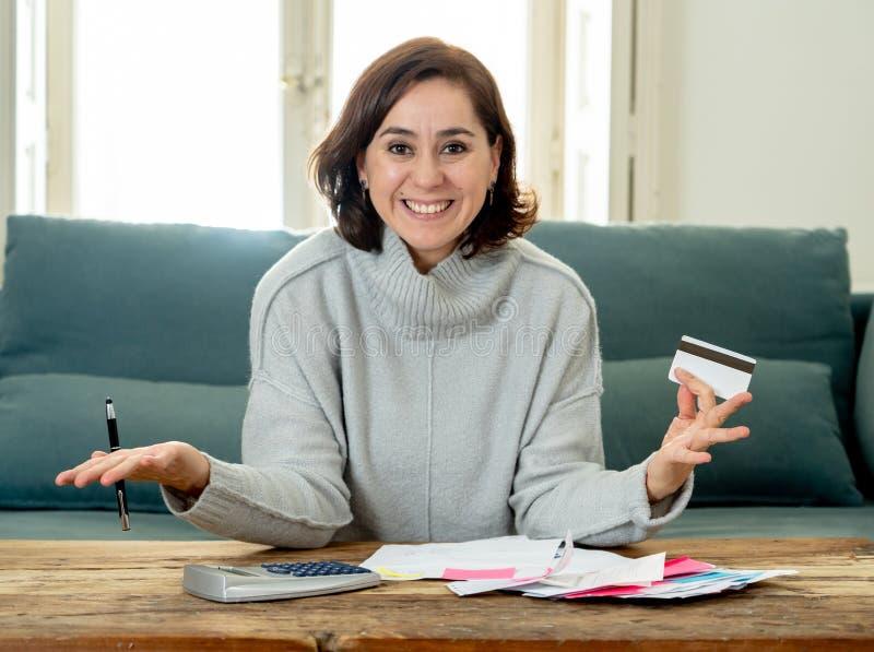 Femme r?ussie attirante d'entrepreneur avec des finances de comptabilit? de carte de cr?dit heureuses exempt des dettes image stock