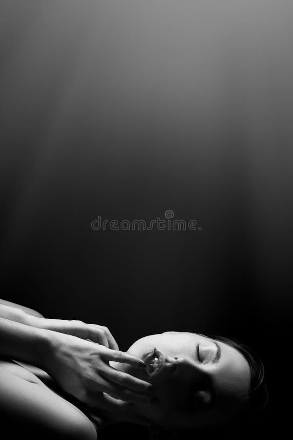 Femme r?veill?e sensuelle photos stock