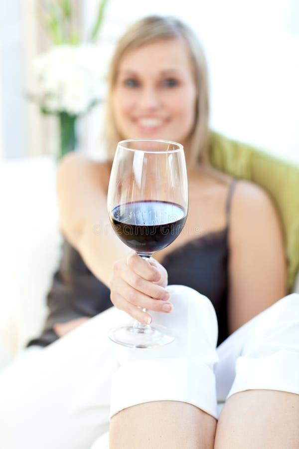 Femme radiant buvant du vin rouge image stock