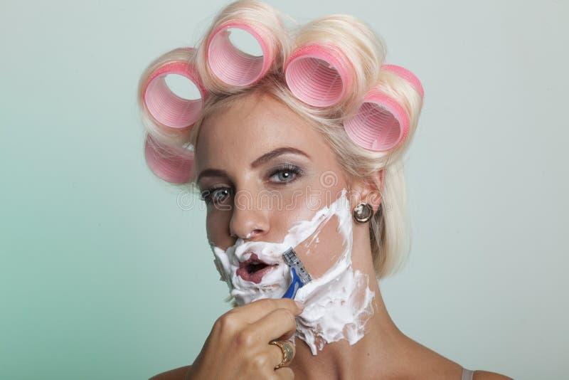 Femme rasant son visage photographie stock