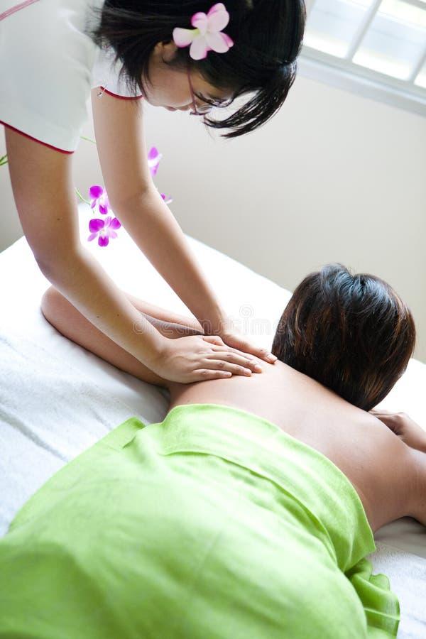 Femme recevant le massage de fuselage du thérapeute images libres de droits
