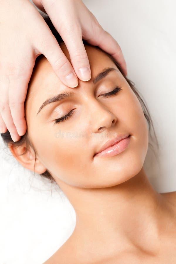 Femme recevant le massage de visage photographie stock libre de droits