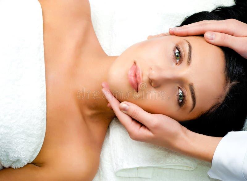 Femme recevant le massage facial image stock