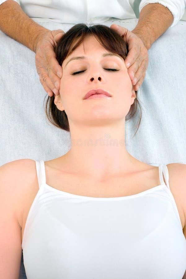 Femme recevant le massage principal photographie stock