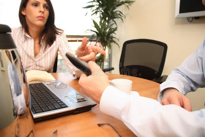 Femme recevant un appel téléphonique photos libres de droits