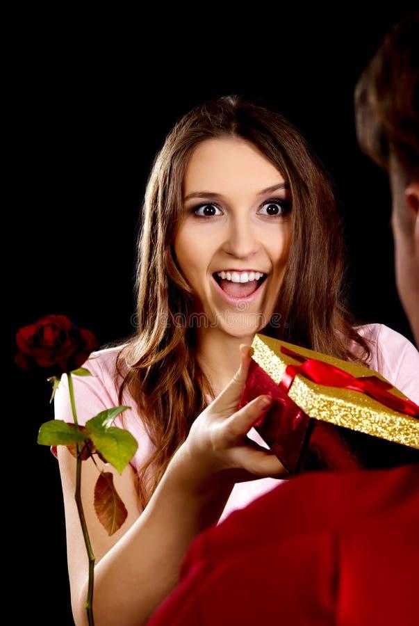 Femme recevant un cadeau photo libre de droits