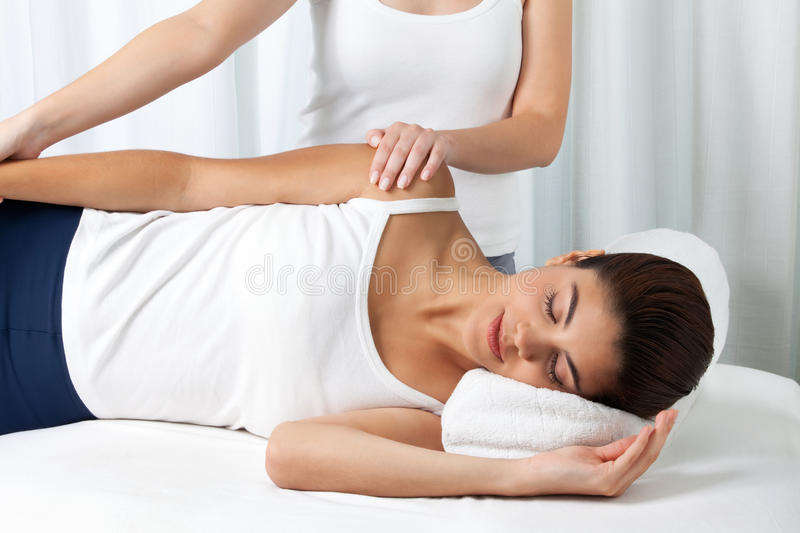 Femme recevant un massage photo stock