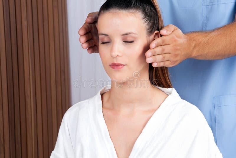 Femme recevant un massage de visage images stock