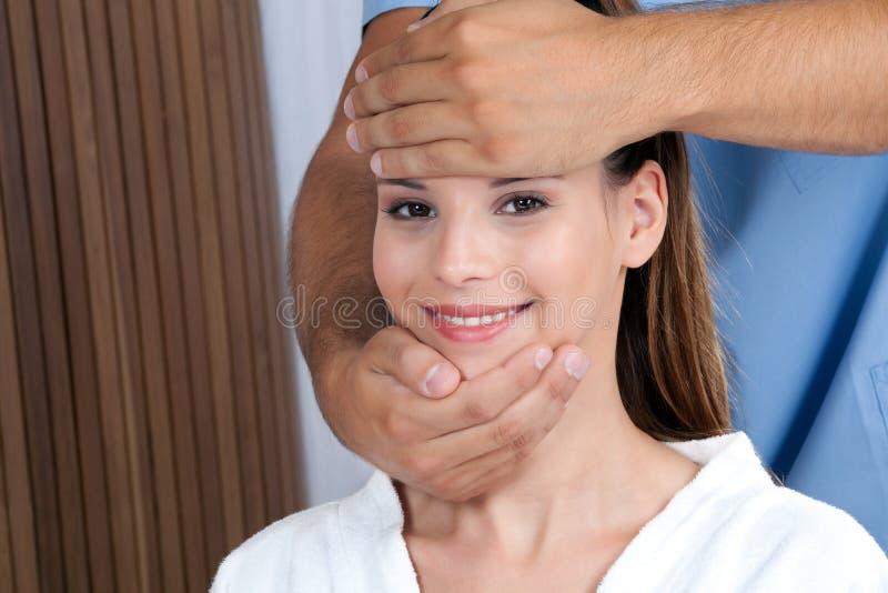 Femme recevant un massage de visage photo stock