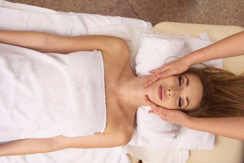 Femme recevant un massage principal photos libres de droits