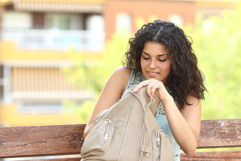Femme recherchant quelque chose dans son sac à main photo libre de droits