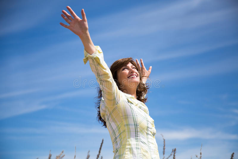 Le contentement : Meilleur moyen pour arrêtez de se plaindre et de retrouvrer le bonheur ! Femme-reconnaissante-%C3%A0-la-nature-93014097