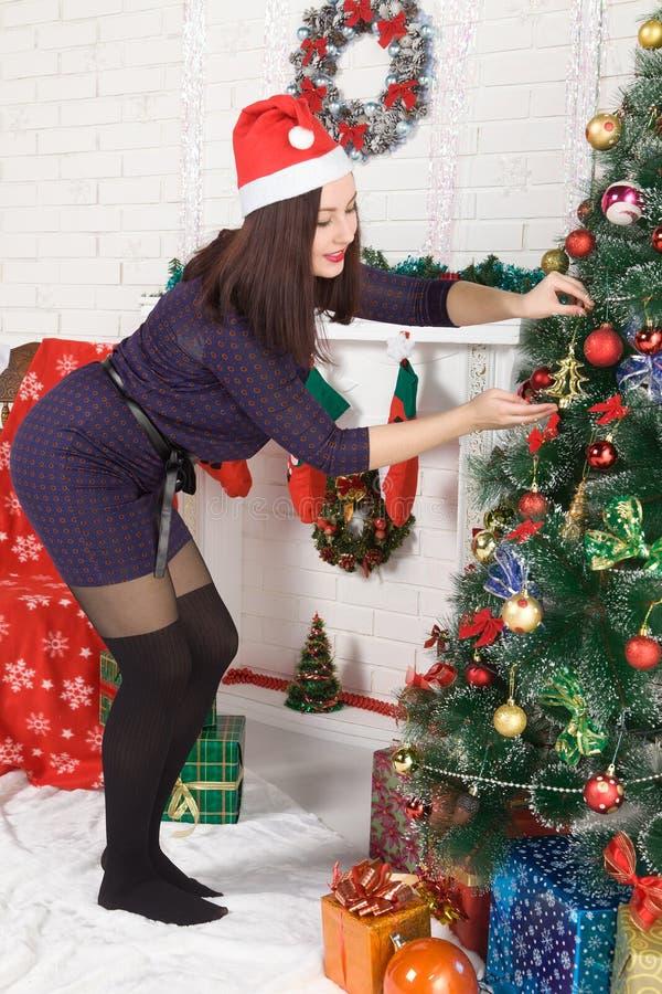 Femme rectifiant l'arbre de Noël photos libres de droits