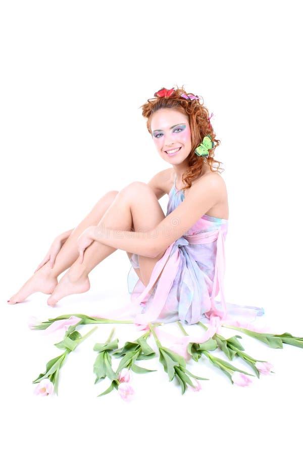 Femme Red-haired dans la robe avec des fleurs image libre de droits